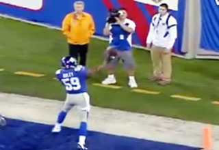 NY Giants Michael Boley Pegs Kid In Face With Football After TD