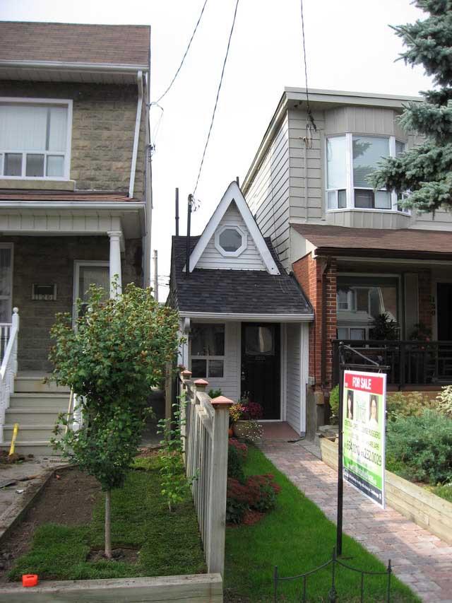 Cамый маленький в мире дом находится в Канаде. В нем имеется одна
