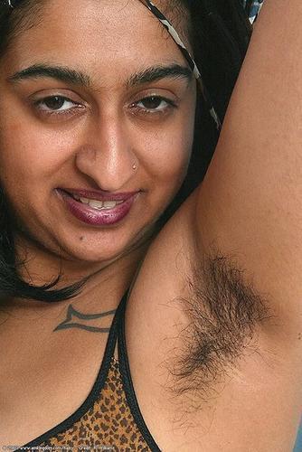 mujer peluda axila: