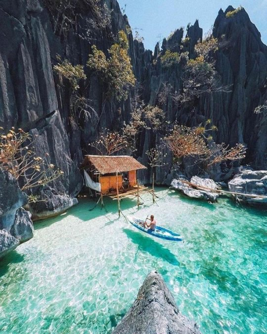 11 - This hidden cove in the Philippines looks too perfect to exist.