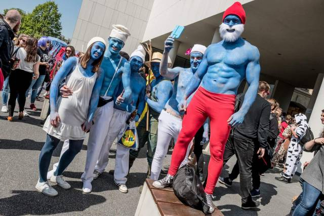 2 - Cool picture of some ripped smurfs for Monday mornings.
