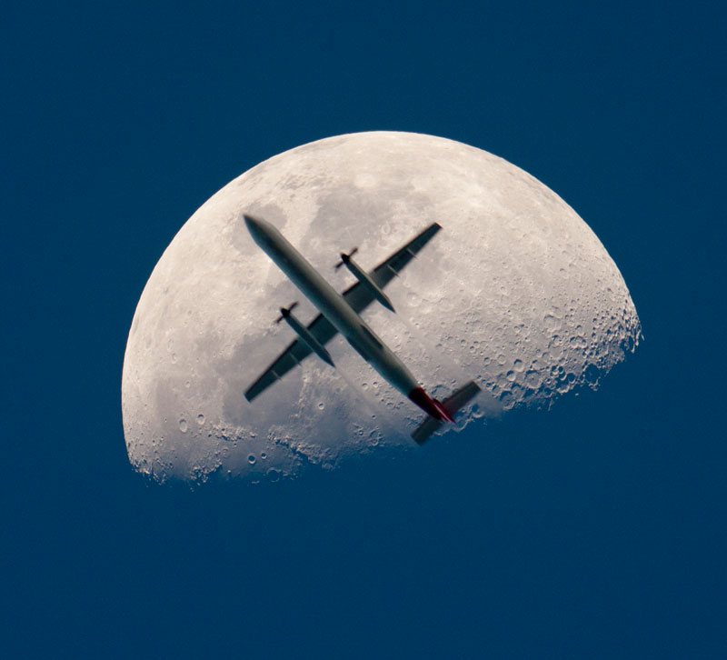 12 - Airplane passing the mooon perfect timing