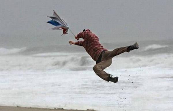 diaforetiko.gr : 84714208 32 Στιγμές που ο άνεμος έπαιξε άσχημα παιχνίδια στην ζωή μας. Δείτε τι έπαθαν…