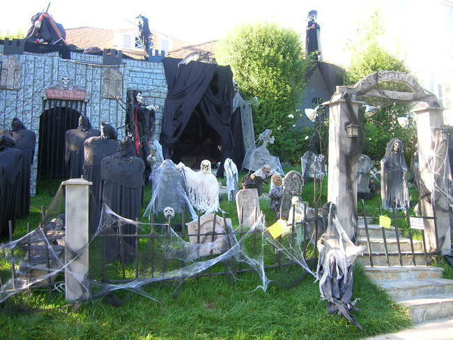 20 Houses That Are Clearly Winning at Halloween - Gallery | eBaum\'s ...