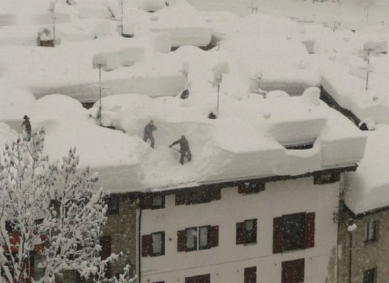 3   Mesmerizing Photos Of Removing Snow From Roof