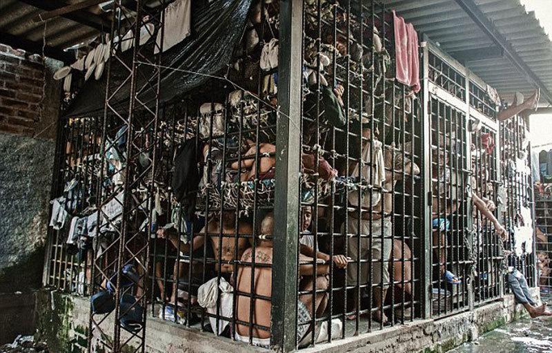 32 -  A prison in El Salvador crammed with prisoners.