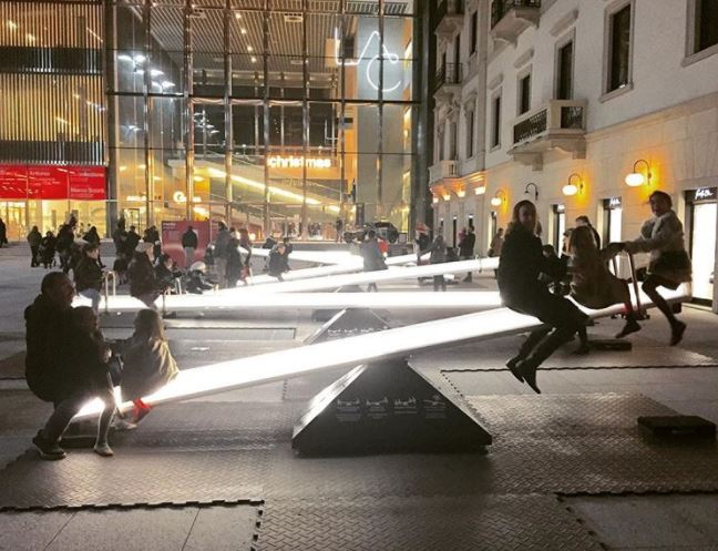 17 - Light seesaws in urban space