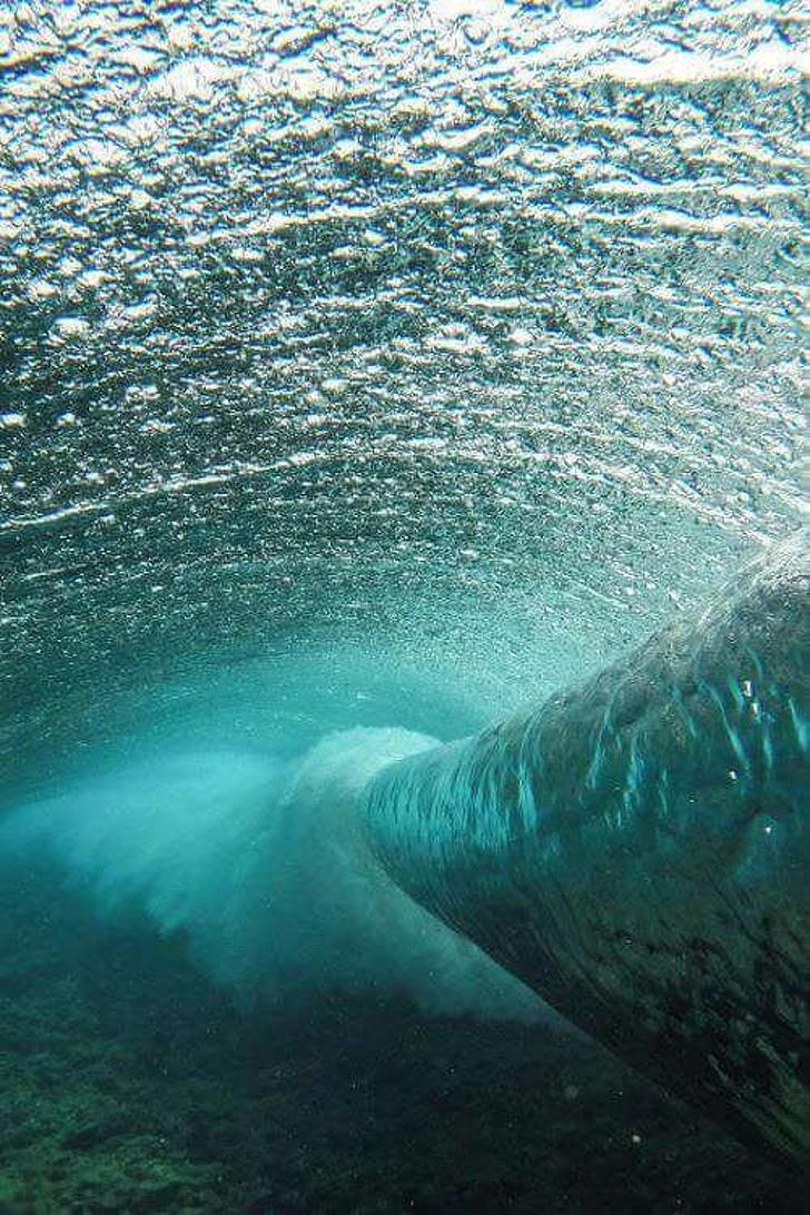 26 - A wave underwater