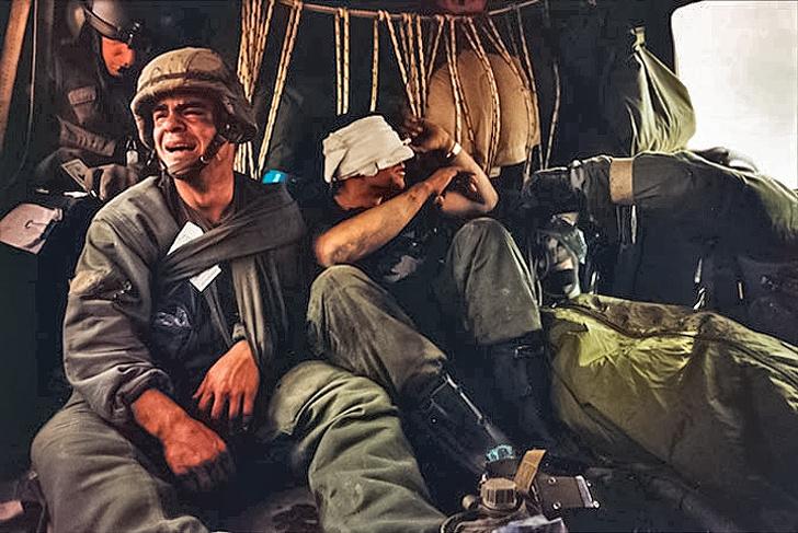 5 - US. soldier Ken Kozakiewicz with the body of his friend Andy Alaniz