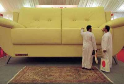 the biggest couch in the world picture ebaum 39 s world. Black Bedroom Furniture Sets. Home Design Ideas