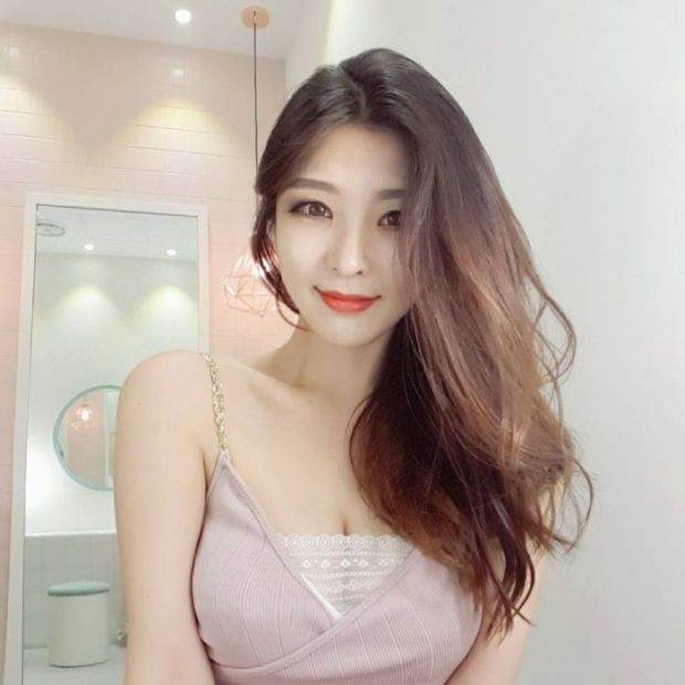 7 - Young Korean Teacher Is Getting A Lot Of Attention On Instagram