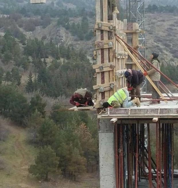 20 - 21 Pics Of Safety Violations That Will Almost Make You Hear The Ambulance