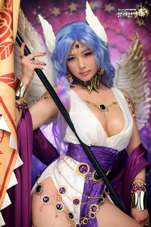 35 Awesome Cosplays That Are A Hand-filler