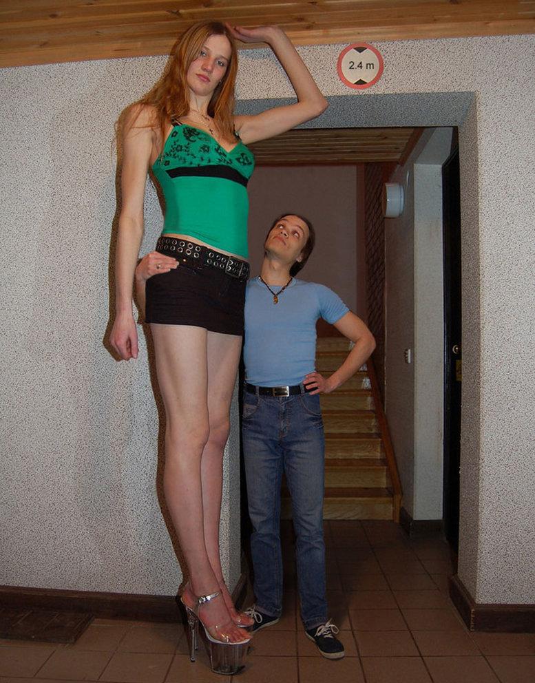 23 Tall Women Who Dwarf Everyone Around Them
