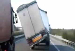 Camión peleando contra el viento en una carretera española