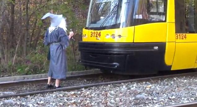 Gandalf Vs Train: You Shall not Pass view on ebaumsworld.com tube online.