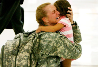 soldier hugs daughter