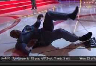 shaq falls during halftime show