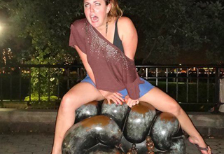 20 People Being Hilarious With Statues