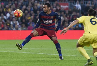 Neymar Scores A Ridiculous Spinning Goal Against Villar
