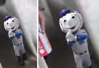 mr met gives some annoying fans the middle finger