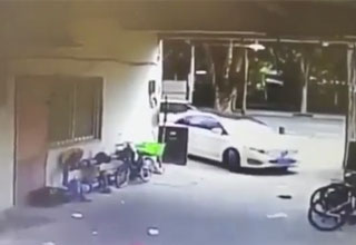 car about to take a right turn and fail hard