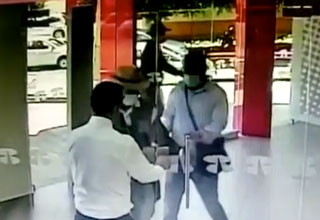 Three robbers try to rob a bank and a employee just locks the door