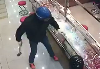 Jewelry Heist Goes Terribly Wrong And It's Hilarious