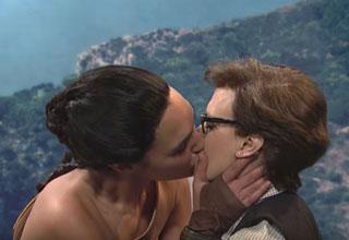 Wonder woman kisses Kate Mckinnon on SNL