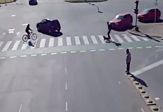 multiple cars and people crossing the street without accidents