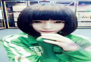 Gao Qian wearing green