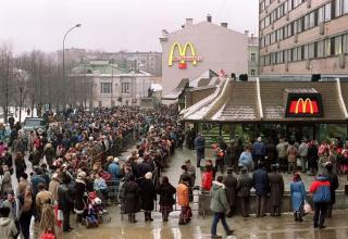 people in USSR gather around 1st mcdonalds