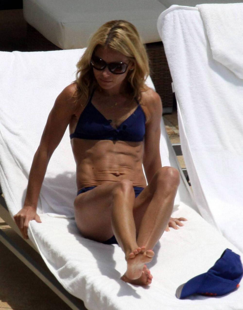 Kelly Ripa Bikini Nude Photos 57