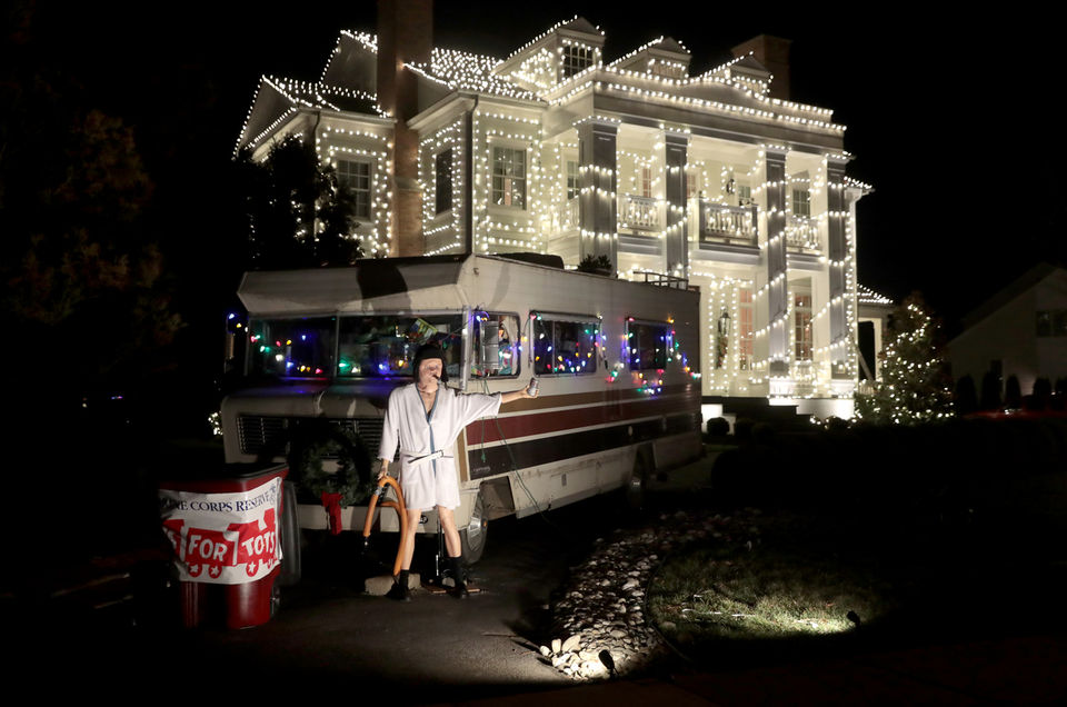 Christmas Vacation House Lights.Homeowner Recreates Griswold S Christmas Vacation Light