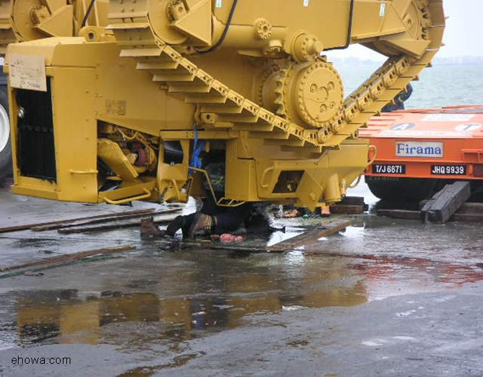 How NOT to unload a CAT dozer from a flatbed truck - Gallery