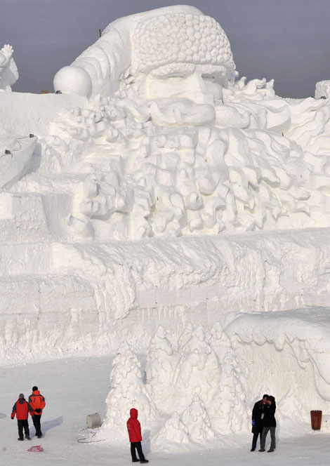 A massive 160 meter long and 24 meter high Santa Claus has been sculpted out of ice in China's northern city of Harbin. The sculpture is said to be the largest ice Santa in the world, complete with beard and hat.