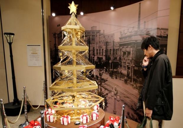 Japanese Christmas Tree.Japanese Store Unveils A 1 8 Million Dollar Gold Christmas