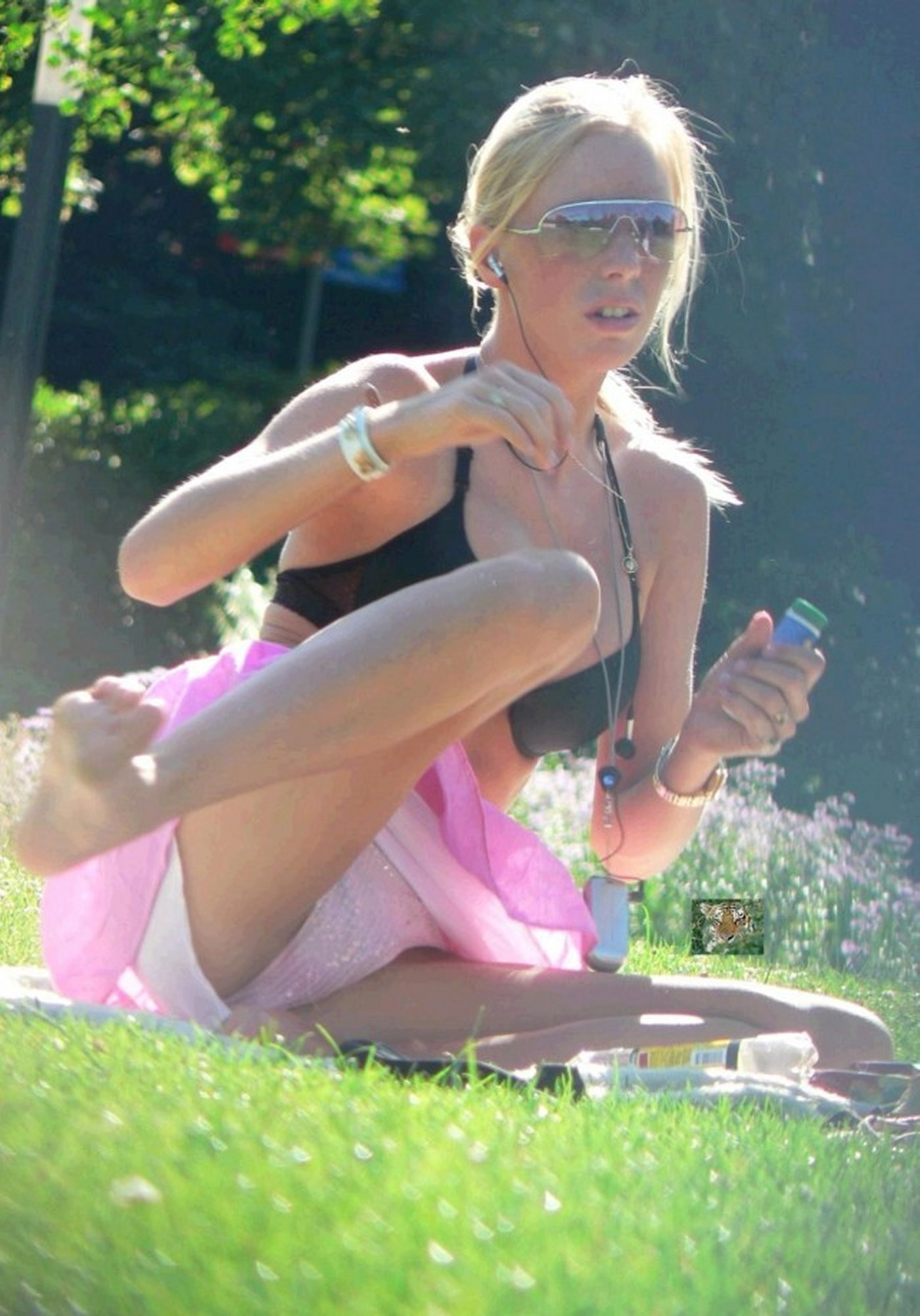 Upskirt in the park - Picture | eBaums World