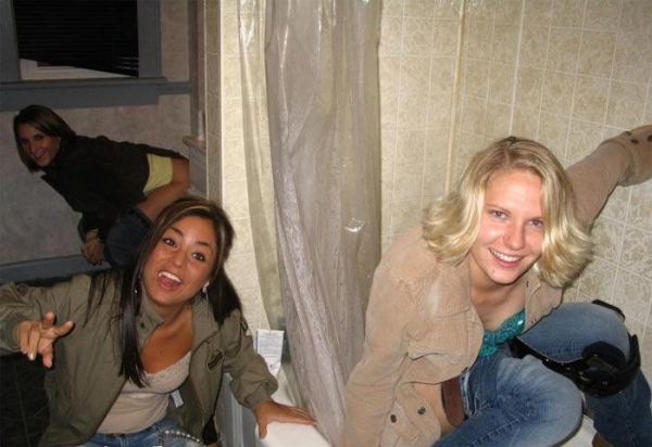 39 Pics Of Pretty Girls Peeing In Places They Shouldnt -4014