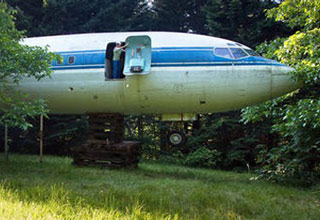 Bruce Campbell from Oregon,  bought a retired Boeing 727 airliner and turned it into his home and office. What an awesome way of giving the airplane a second life!