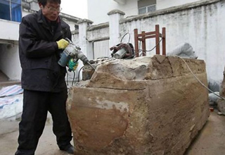 In the city of Taizhou, in China, road workers made a creepy discovery.