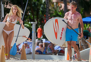 Dennis Quaid and his fiancee Laura Savoie in Hawaii