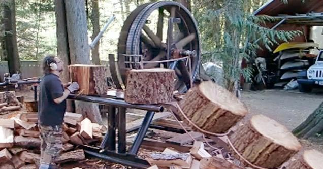cool vid of a dangerous wood cutting machine that is huge| dude with a wood cutter on a conveyor belt