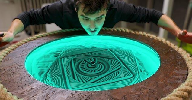 Крутой стол из песка создает потрясающие узоры, а затем стирает их
