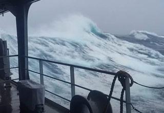 huge waves in the rough seas