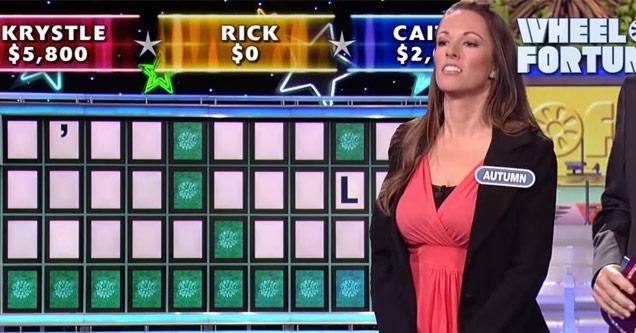 Женщина решает головоломку с колесом фортуны и выигрывает миллион долларов, как босс