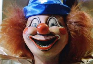 Woman's fiancee cheats on her, she retaliates through his coulrophobia.