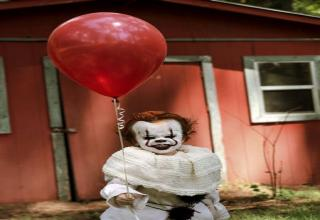 17-year-old Mississippi photographer Eagan Tilghman has created a very realistic costume and makeup of the clown Pennywise for his 3-year-old brother Louie and then captured everything in this creepy photoshoot.