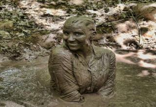bunch of amusing and cool pics | a girl completely covered in mud